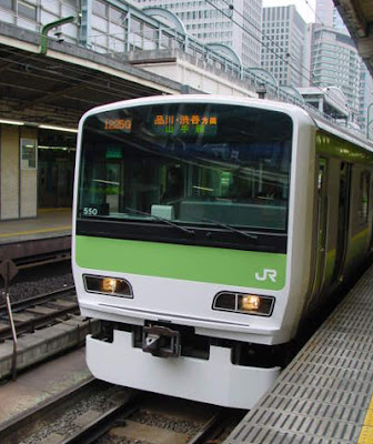 Yamanote Line Train at Tokyo Station heading for Shinagawa and Ikebukuro.