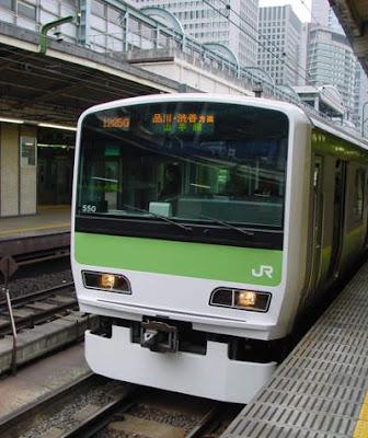 Yamanote Line Train at Tokyo Station heading for Shinagawa and Ikebukuro.