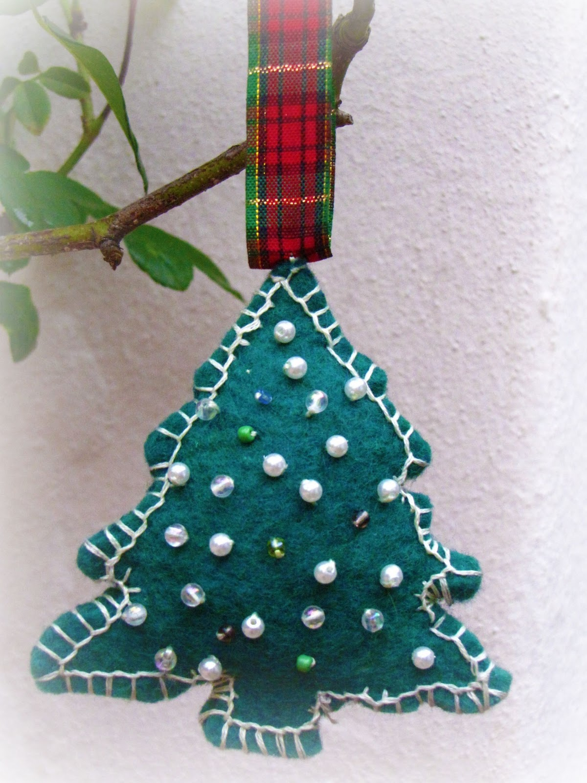 Wip wednesday felt christmas tree ornament tutorial for Home made christmas tree decorations