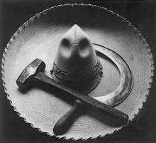 Sombrero mexicano con la hoz y el martillo