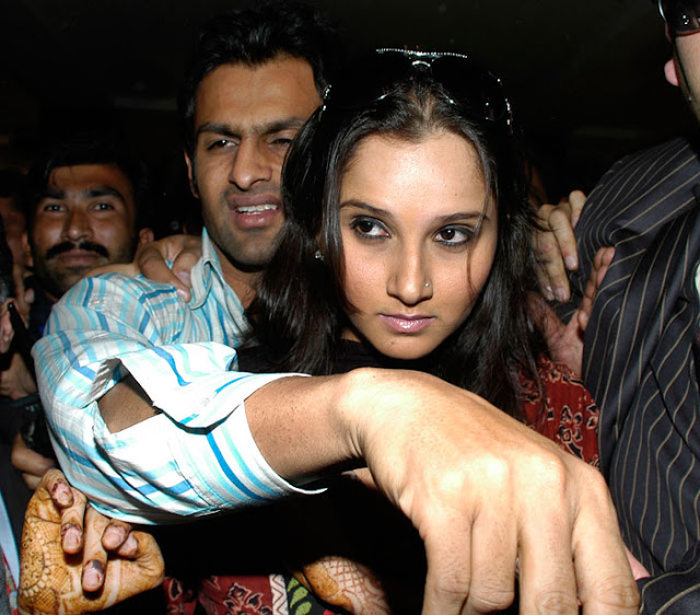 Sania Mirza - Shoaib Malik at karachi airport still 4