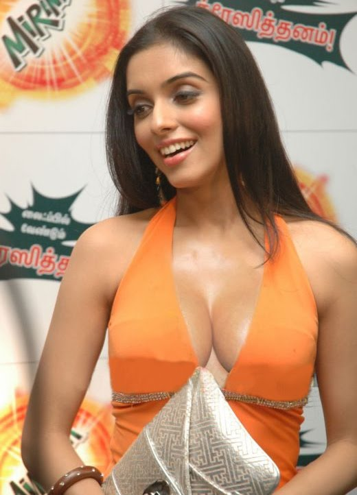 the bolly mall asin showing her deep cleavage