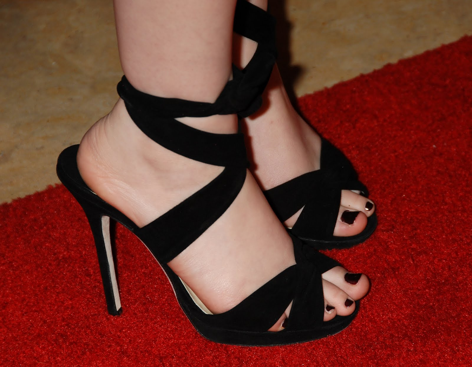 Kat Dennings Feet http://www.hollywoodfeet.com/2010/05/kat-dennings-feet.html