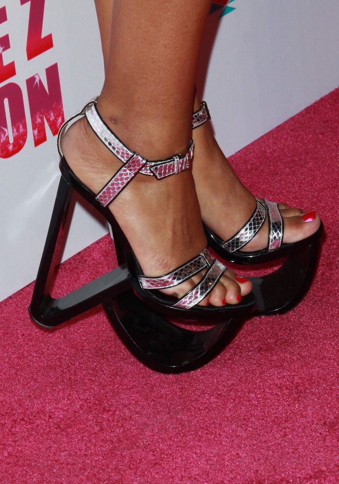 http://3.bp.blogspot.com/_UaLWp72nij4/S7-tsmpTipI/AAAAAAAAHB4/tV4IOIqZsYc/s1600/eve-feet-3.jpg