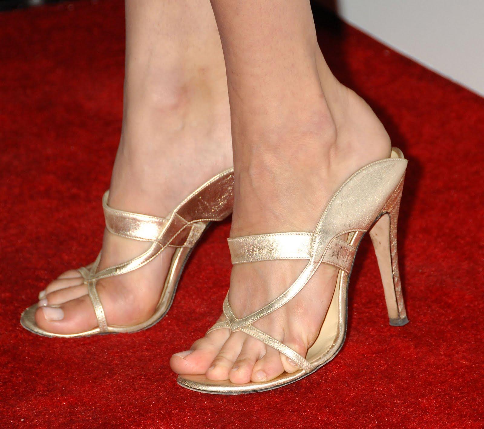 http://3.bp.blogspot.com/_UaLWp72nij4/S7zkWWjrHdI/AAAAAAAAGow/AdjtN67plF0/s1600/emmy-rossum-feet.jpg
