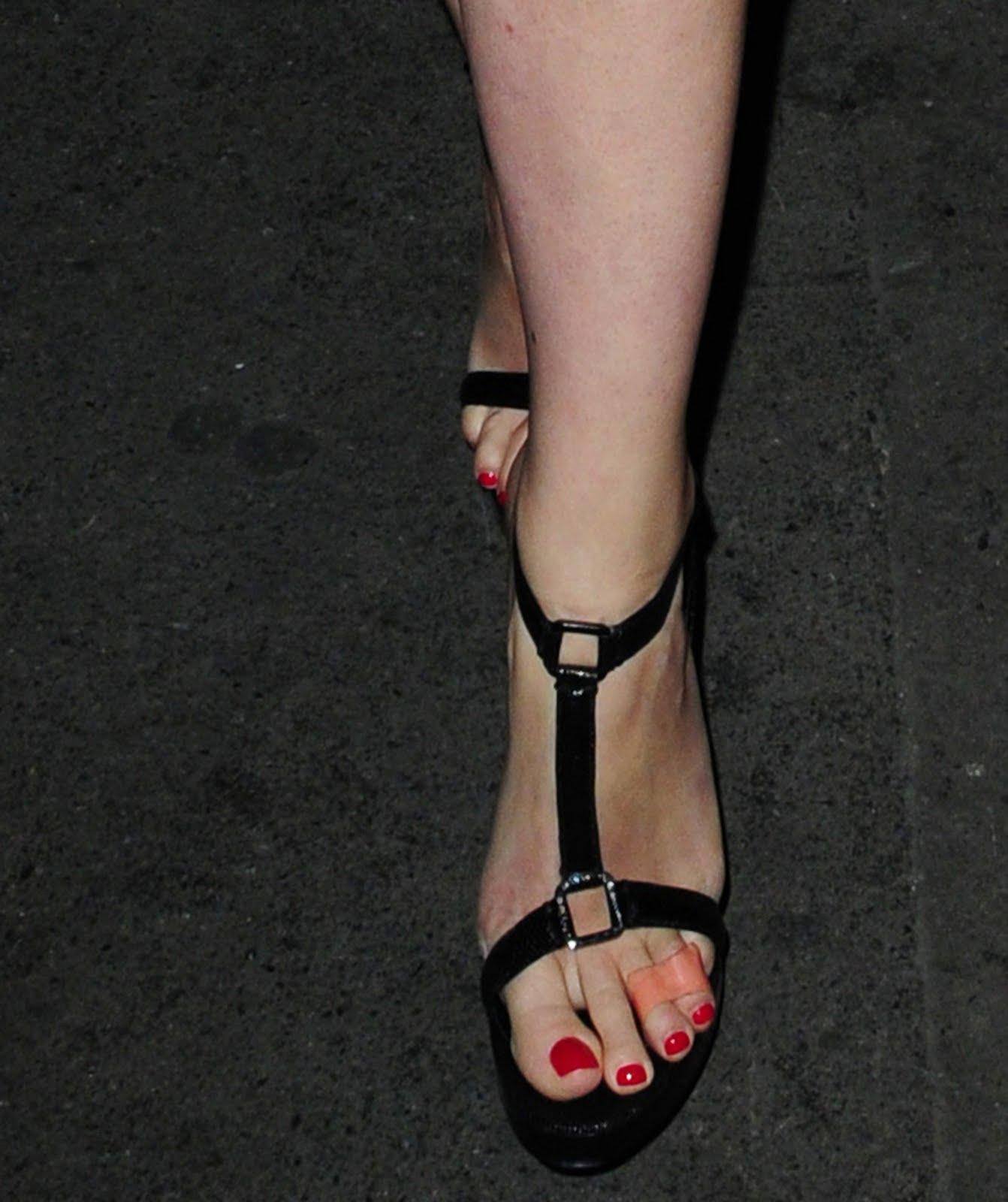 http://3.bp.blogspot.com/_UaLWp72nij4/S8y6g5FxFpI/AAAAAAAAH0I/eEIrUY83kWE/s1600/gwyneth-paltrow-feet-2.jpg