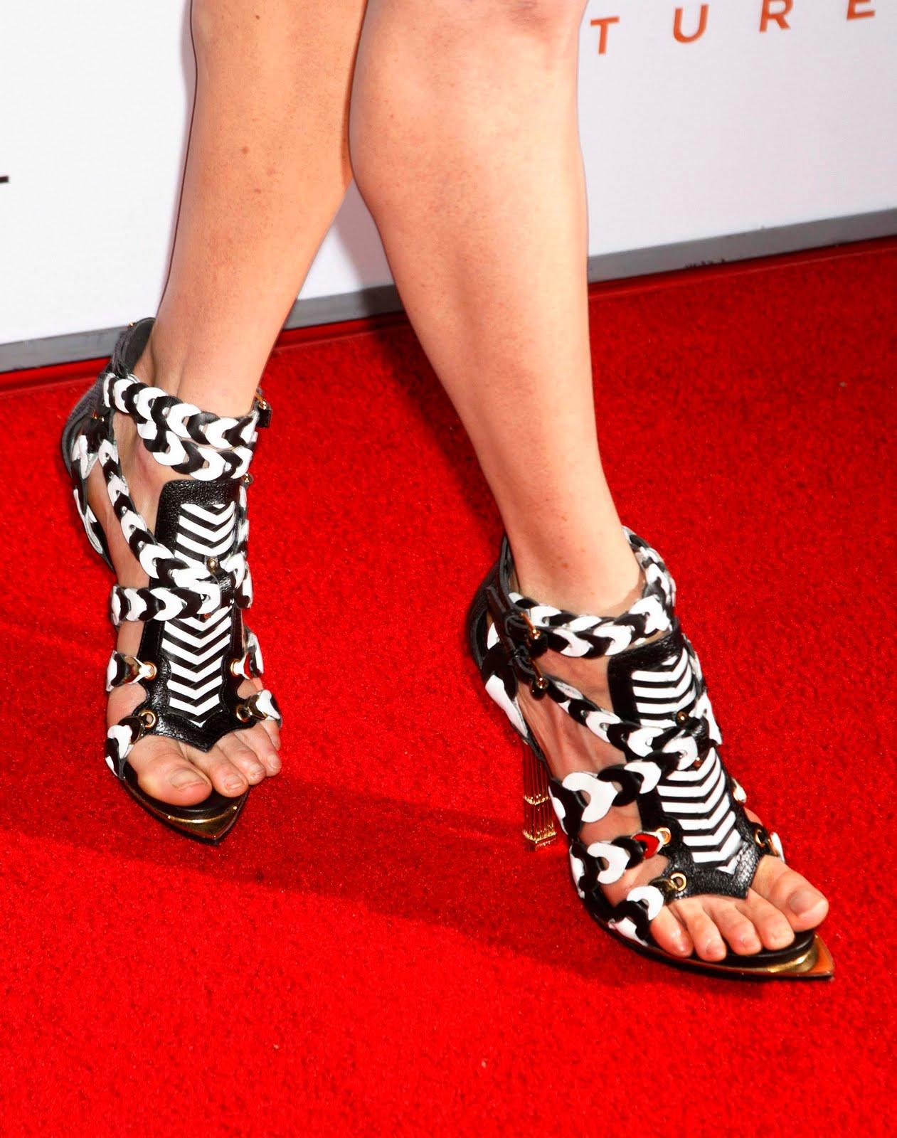 http://3.bp.blogspot.com/_UaLWp72nij4/S9iWfvI6D0I/AAAAAAAAI7w/wo67gSe3z7w/s1600/jennifer-connelly-feet-3.jpg