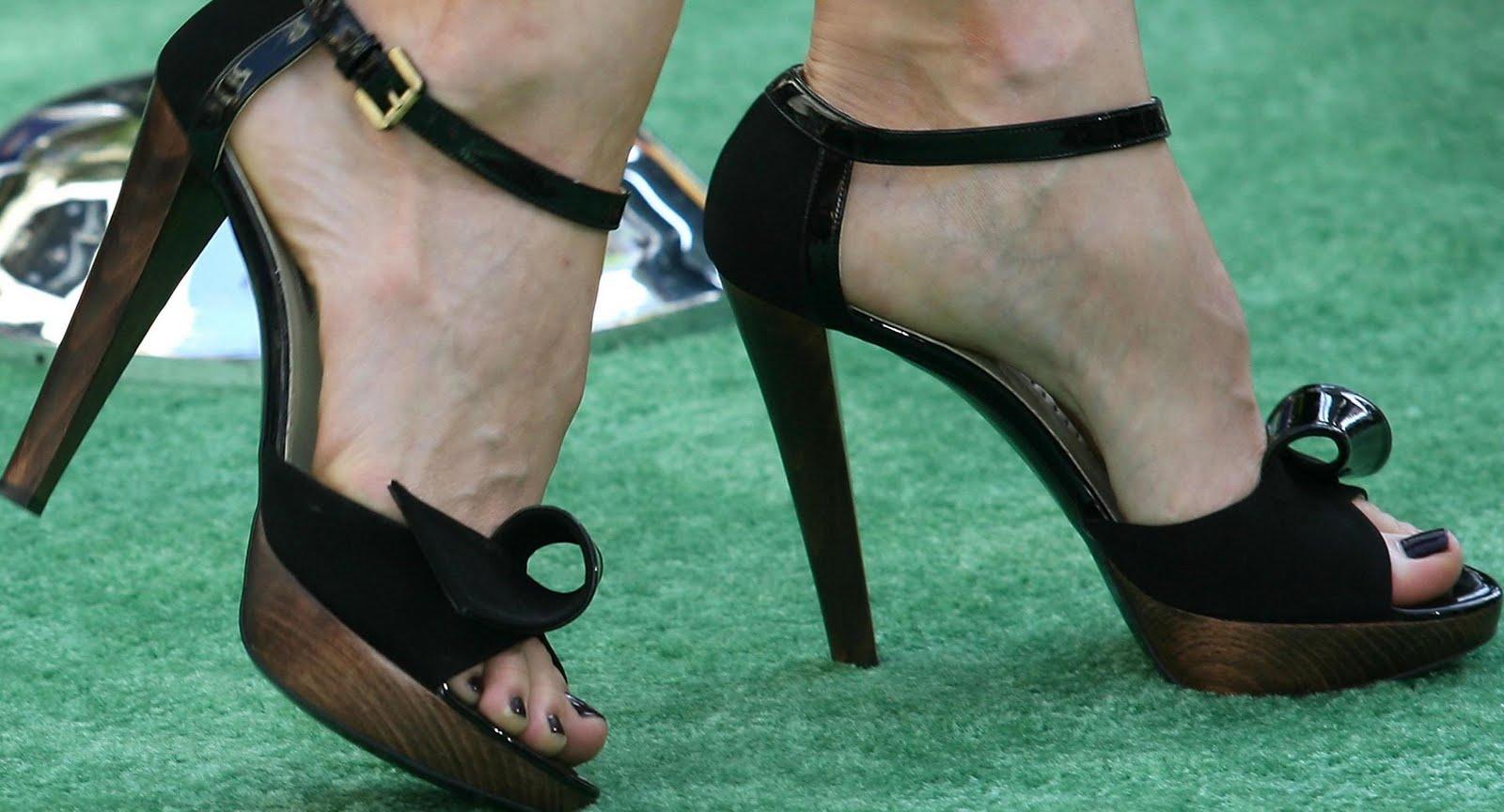 http://3.bp.blogspot.com/_UaLWp72nij4/S_g9E-351vI/AAAAAAAAMUU/VEkjHngBgMg/s1600/liv-tyler-feet-2.jpg