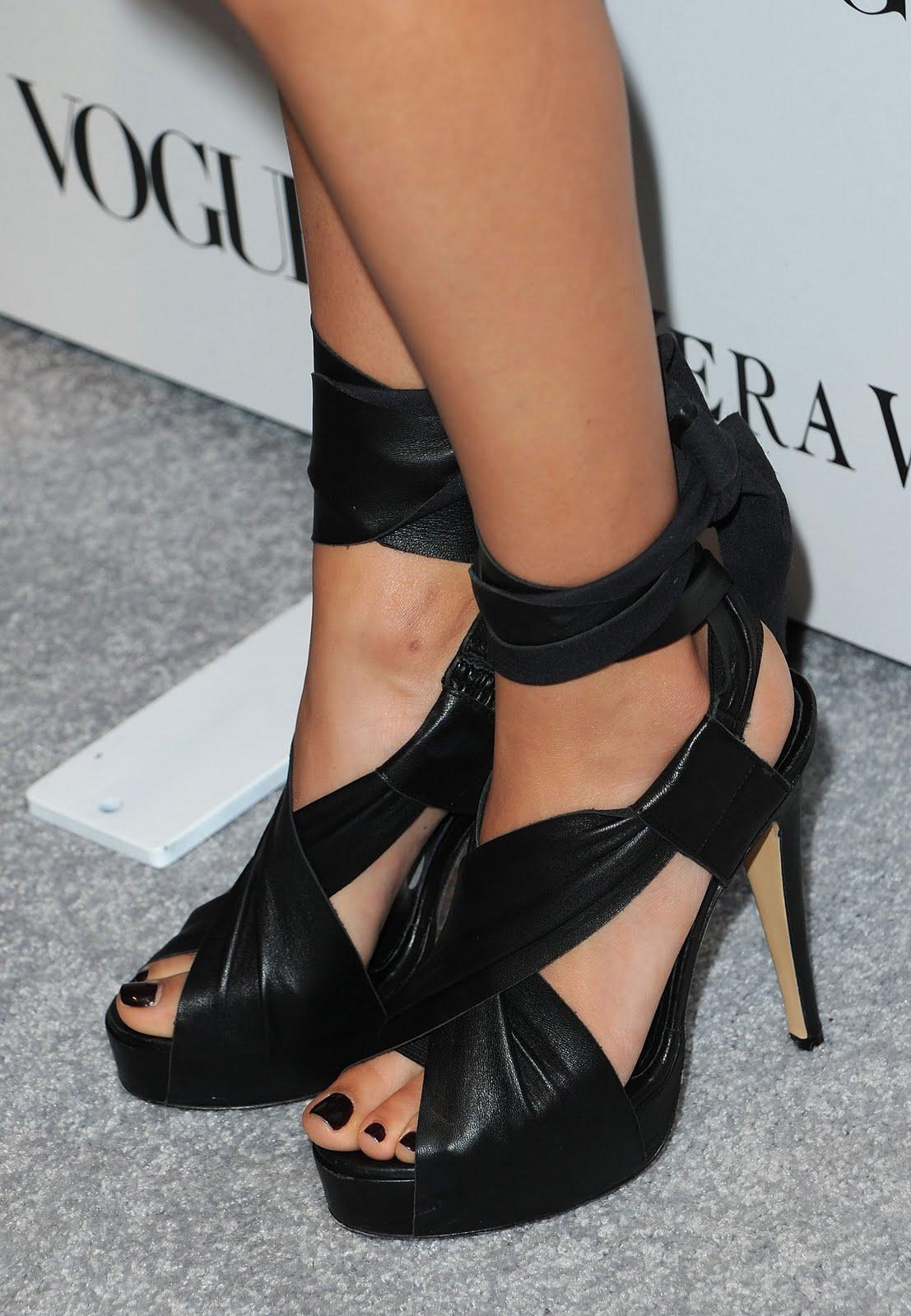 http://3.bp.blogspot.com/_UaLWp72nij4/TA7Tcfyh2YI/AAAAAAAAOR4/7_ODhTsLIf0/s1600/mila-kunis-feet.jpg