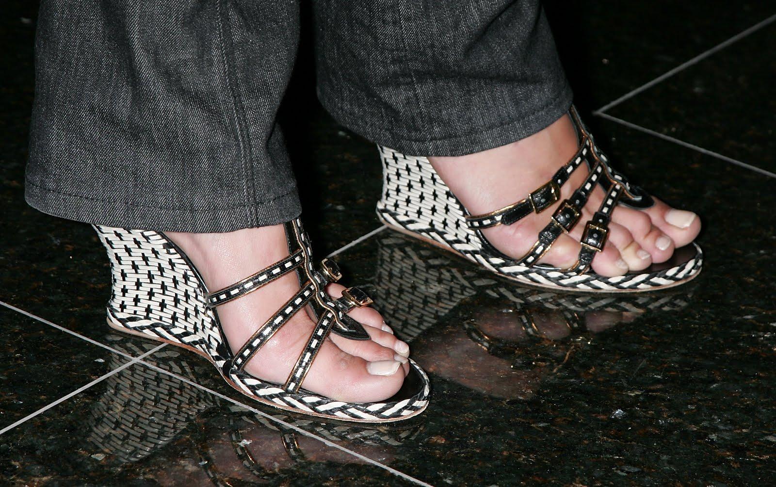 http://3.bp.blogspot.com/_UaLWp72nij4/TAAif1jBrSI/AAAAAAAANCs/hK6CXzwq8OU/s1600/maria-bello-feet-3.jpg