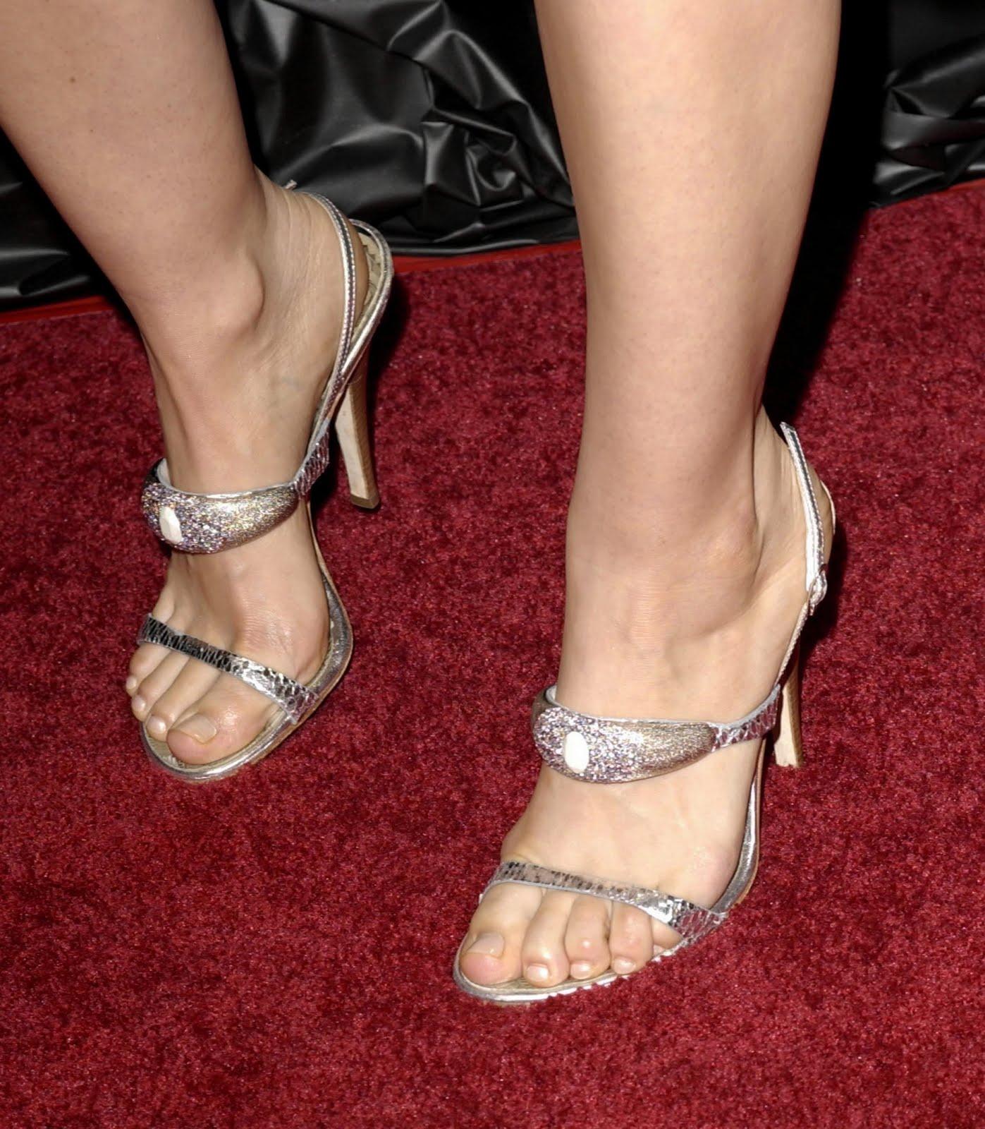 http://3.bp.blogspot.com/_UaLWp72nij4/TAlmXM97qoI/AAAAAAAAN5Y/qOExxYXeG1c/s1600/mena-suvari-feet-3.jpg