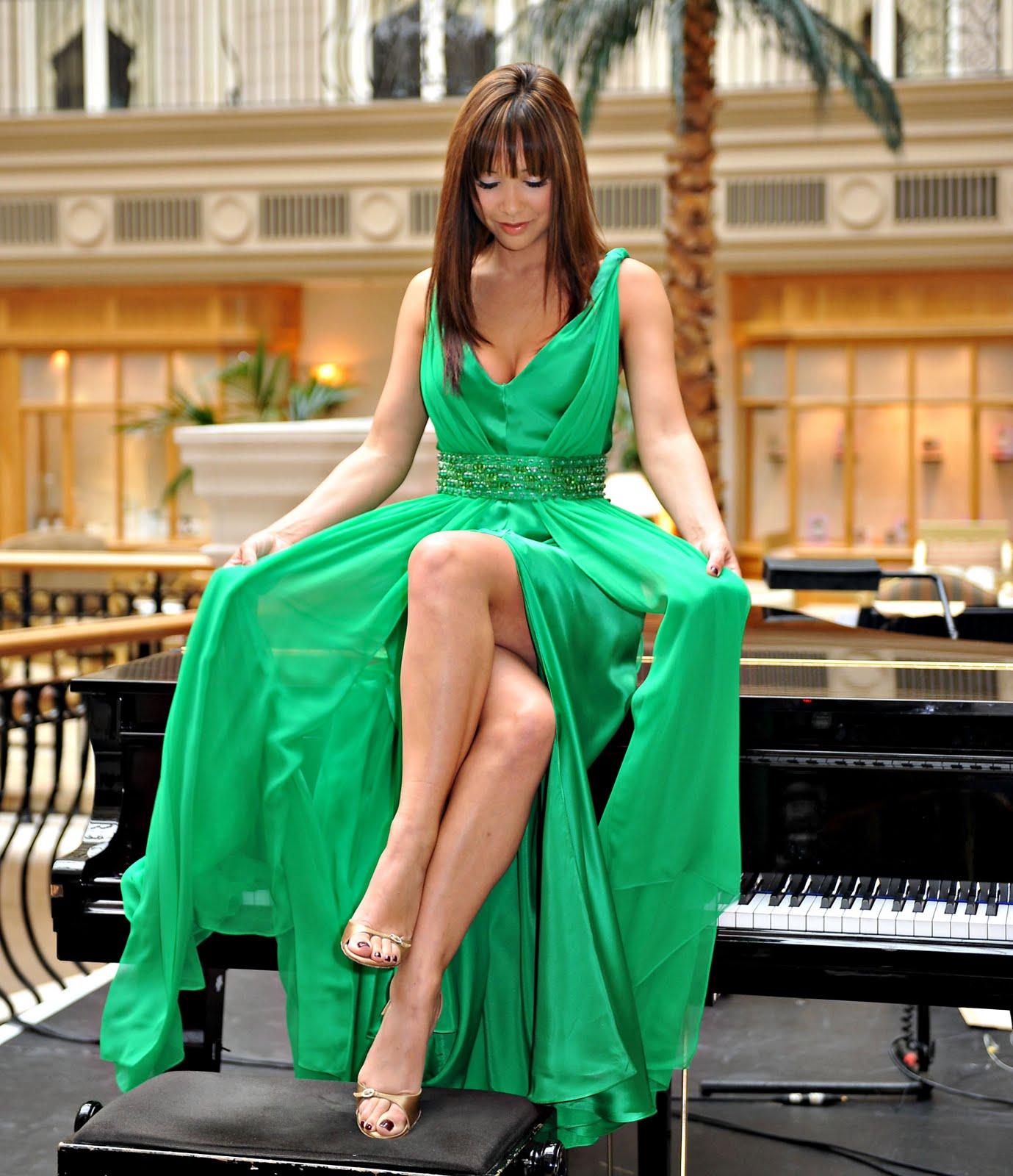 http://3.bp.blogspot.com/_UaLWp72nij4/TBKlJtuY0iI/AAAAAAAAOuA/LH5MQYV067w/s1600/myleene-klass-feet-3.jpg