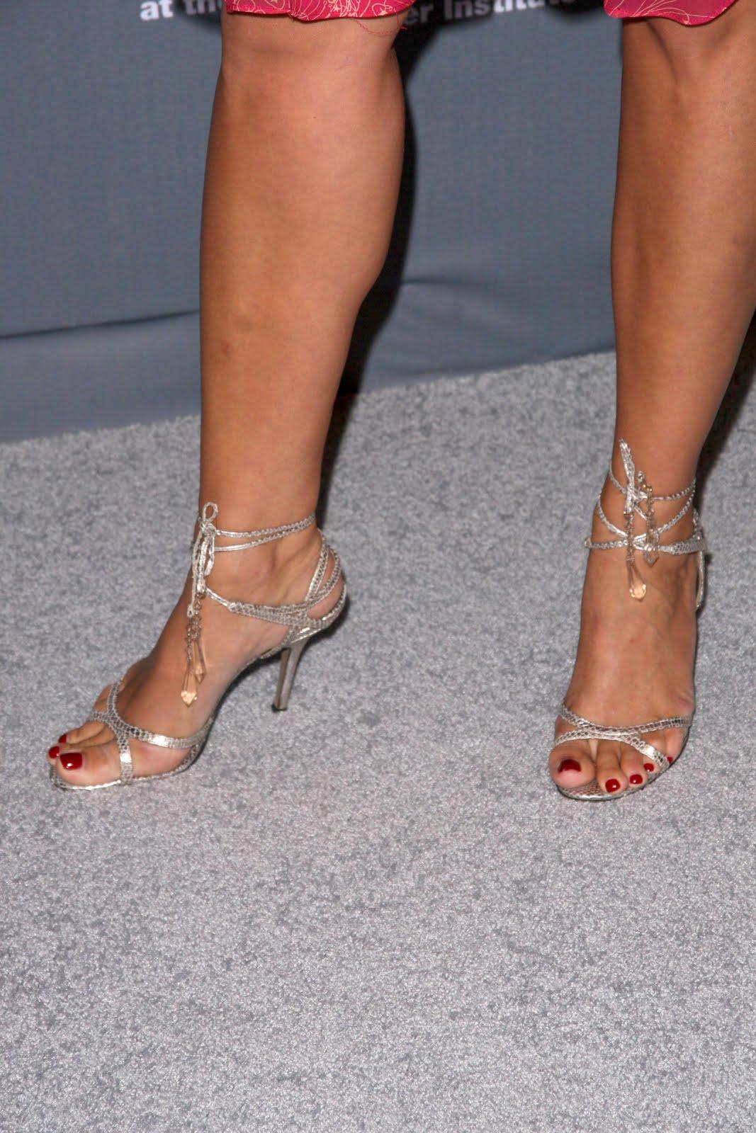 http://3.bp.blogspot.com/_UaLWp72nij4/TBfoT5OK07I/AAAAAAAAPGc/1v8g8FKnll4/s1600/natasha-henstridge-feet-4.jpg