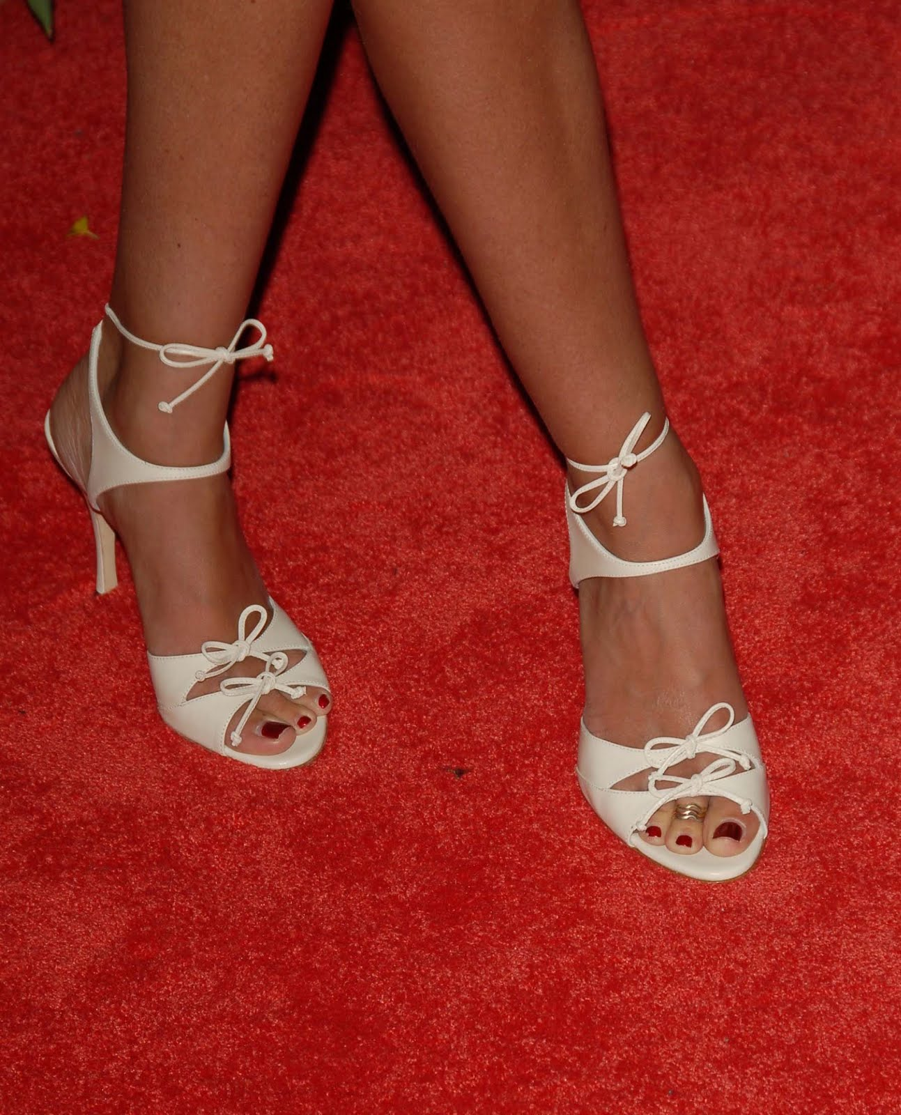 http://3.bp.blogspot.com/_UaLWp72nij4/TFiB3oGeXQI/AAAAAAAATAQ/08v2BTp_8RM/s1600/tori-spelling-feet-3.jpg