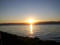 Die Morgensonne kitzelt uns wach