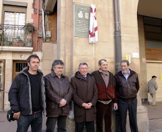 Representantes de Logroño y Zugarramurdi delante de la placa conmemorativa