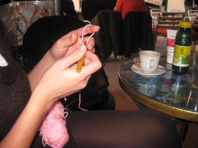Entre lanas, ganchillos, tartas y café