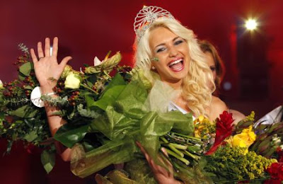 Elena Bianca Constantin (L) smiles after she was crowned Miss Universe Romania in Bucharest June 27, 2009. Constantin, 20, will represent Romania at the Miss Universe beauty pageant due to be held in Paradise Island, Bahamas, on August 23, 2009