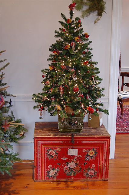 Little red house a colonial christmas for Colonial home christmas decorations