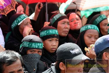 mga babaeng miyembro ng moro islamic liberation front sa isang