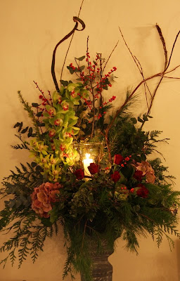 Outdoor Christmas Urns http://flowerdesignstannes.blogspot.com/2009/12/jayne-eans-christmas-wedding-in-crimson.html