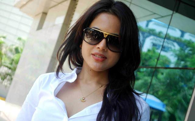 Sameera reddy Stills 2