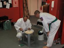 Grão Mestre YARON cortando o bolo