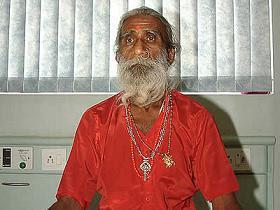 بريهالد جاني وهو في المستشفى، مسن هندي يزعم أنه بقي دون طعام أو شراب طوال 70 سنة