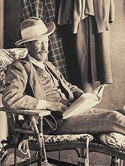 اللورد كارنارفون توفي بعد 6 أسابيع فقط من فتح توت عنخ آمون، مما أدى إلى إنتشار قصص تتناول لعنة الفراعنة في الصحافة.
