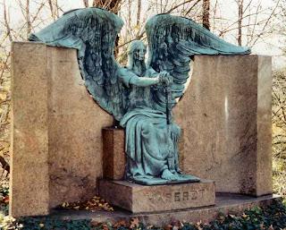 قبر فرانسيس هاسيروت بشكل ملاك الموت كما يزعم
