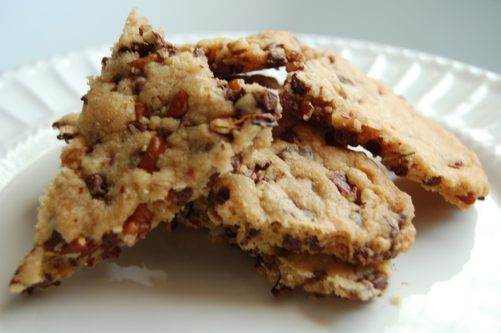 c 39 est si bon sweets pecan chocolate chip cookie brittle week 7 of the 12 weeks of christmas. Black Bedroom Furniture Sets. Home Design Ideas