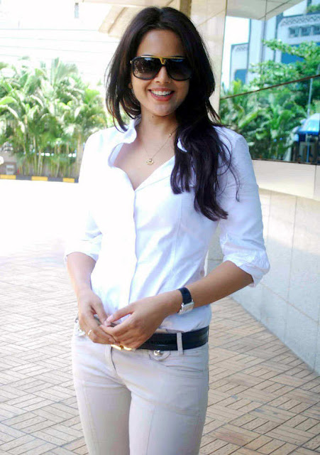 sameera reddy visits dreams home ngo in mumbai hot images
