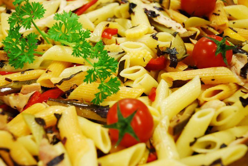Emine Beder Tavuklu Makarna Salatası Tarifi