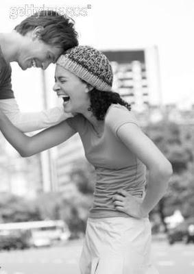 pareja reindose contacto físico