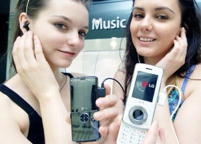 chicas escuchando música influencia de la musica