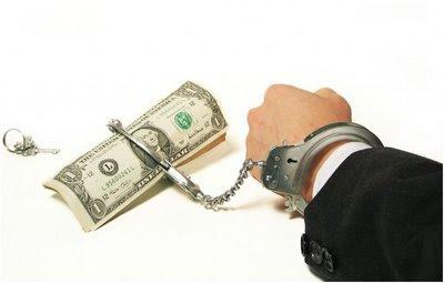 hombre atado al dinero