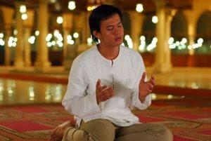 furqan berdoa di mesjid