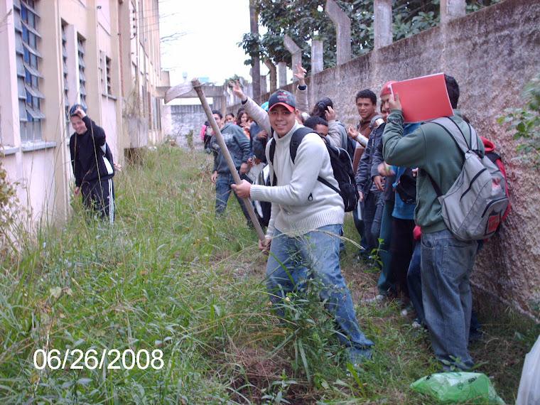 Alunos do 3° Ano plantando no corredor verde da Escola Ruy Coelho.