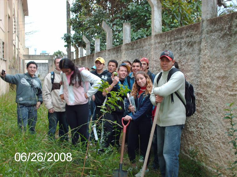 Turma 301 do Ruy e o pé de guabiroba plantado.