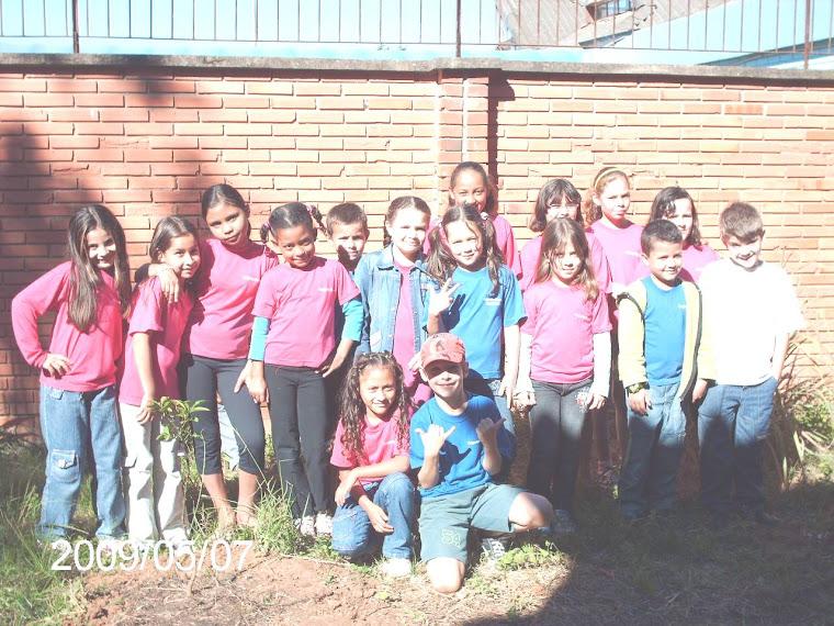 Alunos da Escola Augusto Meyer e duas mudas de laranjeiras doadas pelo ministério público.