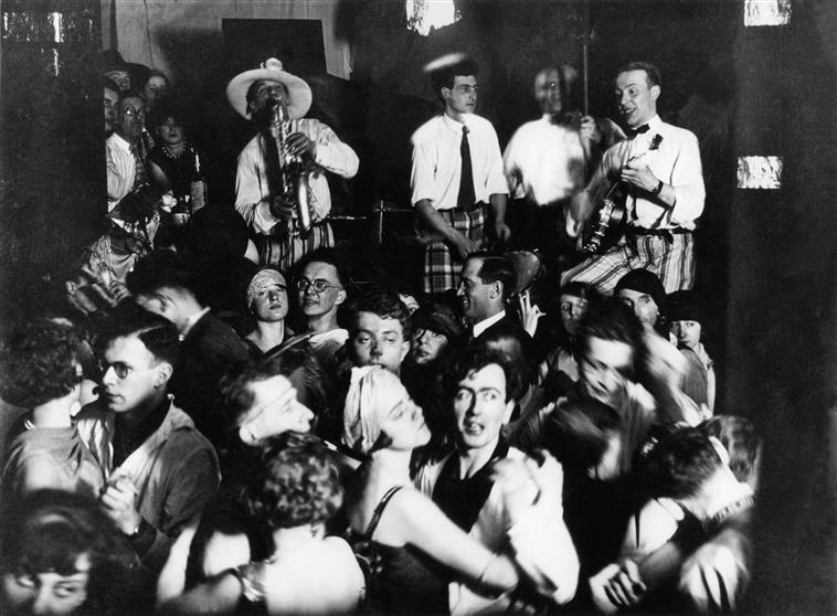 a discussion of jazz era in 1920s and swing era in 1930s The swing era, 1935–1945 a a new style of jazz-inspired music called ―swing,‖ initially developed in the late during the 1920s and early 1930s black.