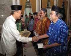 Menerima Piagam/Penghargaan Sastra dari Gubernur Kalsel,2010