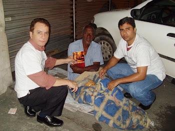 Pastor Elias Rébuli evangelizando moradores de rua