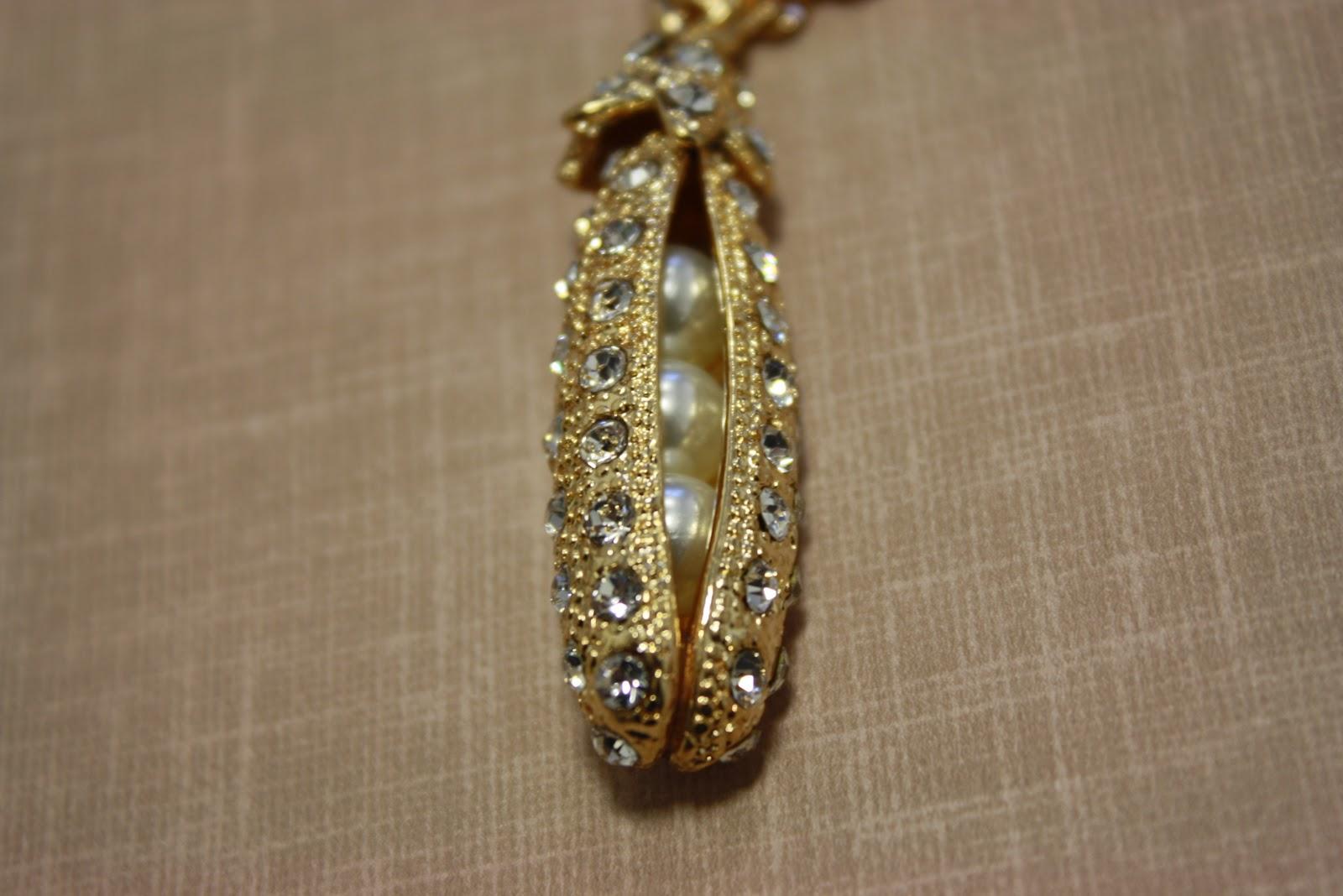 http://3.bp.blogspot.com/_VCR4kMb0G6E/TK4_kKb6HDI/AAAAAAAAAG8/gqj4szF0ceg/s1600/fashion+fast+items+050.JPG