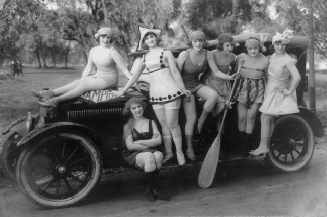 http://3.bp.blogspot.com/_VChlnV7tA7o/TEYG8TbtYJI/AAAAAAAABsQ/WvfqKFe6hZA/s1600/Mack_Sennett%27s_bathing_beauties_posed_on_automobile.png