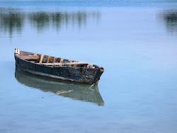 Perahu yang tenang di air diam