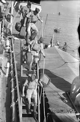 Hong Kong, le 16 novembre 1941 — Des soldats de la Compagnie C, Royal Rifles of Canada, débarquent du NCSM Prince Robert. Source: Bibliothèque et Archives Canada