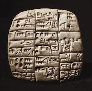 ang mga scribe o tagasulat ay umuukit sa isang basang Clay tablet
