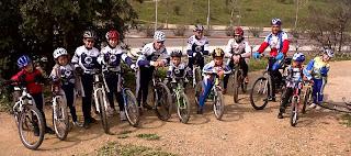 equipo infantil club ciclista sant boi en el parc de la muntanyeta