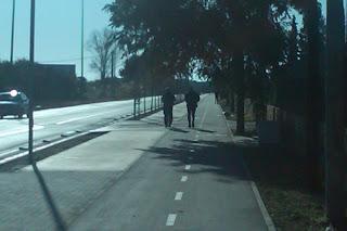 gente paseando por el carril bici